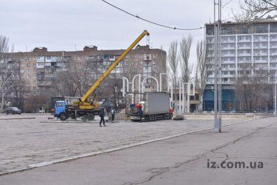 katok-v-czentre-zaporozhya-sozdayut-dlya-novogodnego-nastroeniya-foto.jpg