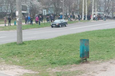 kilometrovye-ocheredi-na-ostanovkah-zaporozhskie-marshrutchiki-ne-vyhodyat-na-rejsy-foto-video.jpg