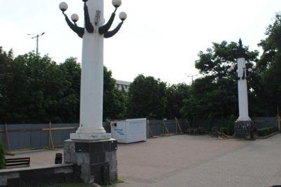kolonny-na-allee-slavy-v-zaporozhe-ustanovili-bez-fundamenta-i-oni-naklonilis-na-ih-remont-potratyat-12-milliona.jpg