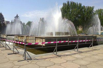 kommunalshhiki-demontirovali-desyatki-granitnyh-plit-vozle-fontana-na-festivalnoj.jpg