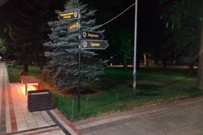 krasivo-v-czentralnom-parke-melitopolya-poyavilas-lavochka-s-podsvetkoj-1.jpg