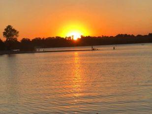 Красивый закат впечатлил запорожцев — фото