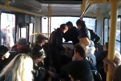kto-pervyj-zaporozhczy-ustroili-draku-za-mesto-v-municzipalnom-avtobuse-video.jpg