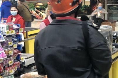 kurez-pokupatel-s-kastryulej-na-golove-byl-zamechen-v-supermarkete-v-zaporozhskoj-oblasti-foto.jpg