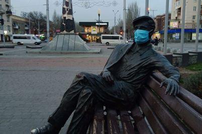 kurez-v-zaporozhe-na-pamyatnik-nadeli-mediczinskuyu-masku-foto.jpg
