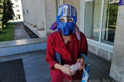 kurez-v-zaporozhe-pensionerka-prishla-v-biblioteku-v-maske-optimus-prajm-foto.jpg