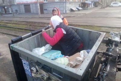 kuryoz-v-zaporozhe-zhenshhina-zalezla-v-musornyj-kontejner-i-ne-davala-kommunalshhiki-vyvezti-musor-foto.jpg