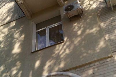 kuski-lepniny-padayut-na-golovu-v-czentre-zaporozhya-rassypaetsya-balkon-foto.jpg