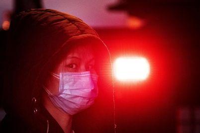 lyudi-teryayut-soznanie-i-pytayutsya-ubezhat-iz-kitaya-koronavirus-rasprostranyaetsya-chto-nuzhno-znat-foto.jpg