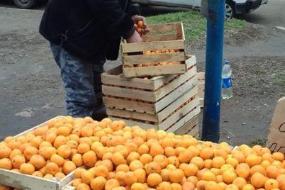 mandarinok-ne-kupish-v-kommunarskom-rajone-razognali-stihijnyh-torgovczev.jpg