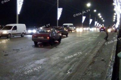 masshtabna-dtp-v-zaporizkij-oblasti-na-dorozi-zitknulisya-14-avtomobiliv-foto-video.jpg