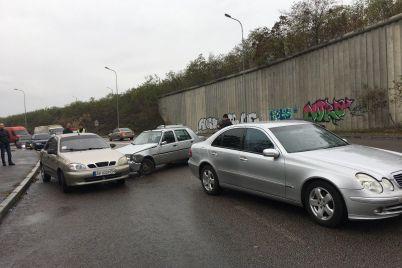 masshtabnoe-dtp-na-horticze-stolknulis-chetyre-legkovyh-avtomobilya-foto-video.jpg