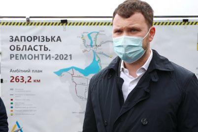 ministr-infrastruktury-po-doroge-v-mariupol-zaehal-v-zaporozhe-posmotrel-kak-stroyat-mosty-foto.jpg
