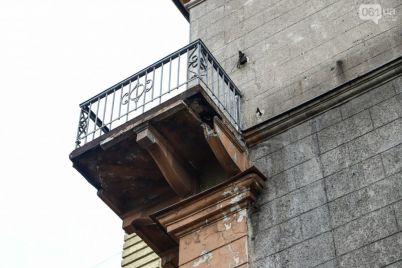mog-by-upast-na-golovu-v-zaporozhe-s-doma-pamyatnika-upala-chast-balkona-foto.jpg