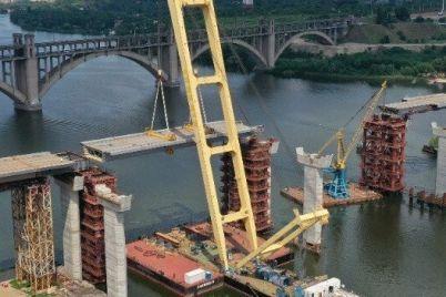montazh-samoj-legkoj-sekczii-vantovogo-mosta-v-zaporozhe-pokazali-s-vysoty-video.jpg
