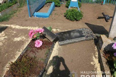 muzhchina-s-dvumya-detmi-nadrugalis-nad-mogilami-v-zaporozhskoj-oblasti-foto.jpg