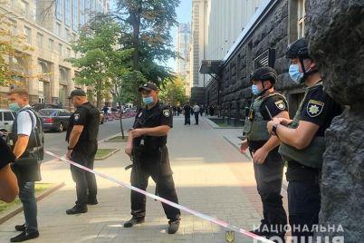 muzhchina-s-granatoj-zahvatil-zdanie-kabmina-foto-video-obnovlyaetsya.jpg