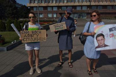 muzhchiny-v-platyah-vyshli-na-miting-protiv-vladislava-marchenko-v-zaporozhe-foto.jpg