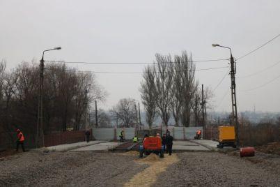 na-avarijnom-puteprovode-v-zaporozhe-ukrepyat-opory-foto.jpg