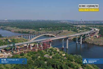 na-balochnom-mostu-v-zaporozhe-gotovyatsya-k-opuskaniyu-proletnogo-stroeniya-na-opory.jpg