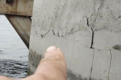 na-betonnyh-oporah-stroyashhihsya-mostov-v-zaporozhe-poyavilis-treshhiny-foto.jpg