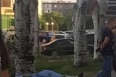 na-czentralnom-prospekte-v-zaporozhe-poldnya-prolezhal-mertvyj-muzhchina-foto.jpg