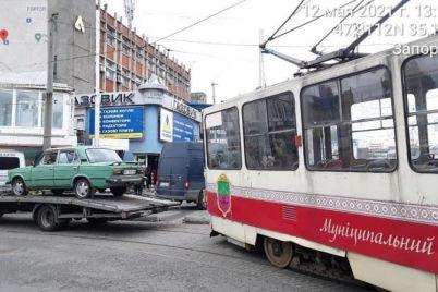 na-czentralnom-rynke-zaporozhya-voditel-priparkovalsya-pryamo-na-tramvajnyh-putyah.jpg