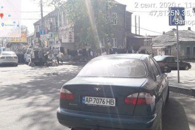 na-czentralnom-rynke-zaporozhya-voditeli-parkuyutsya-pryamo-na-tramvajnyh-putyah.jpg