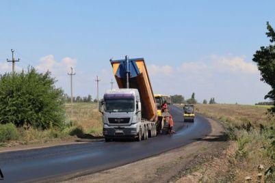 na-doroge-vasilevka-dneprorudnoe-ukladyvayut-novyj-asfalt-foto-video.jpg