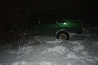 na-doroge-zaporozhskoj-oblasti-v-snegu-zastryal-avtomobil.jpg