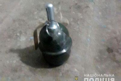 na-dver-zaporozhskoj-kvartiry-povesili-granatu.jpg