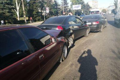 na-glavnom-prospekte-zaporozhya-v-dtp-popali-6-avtomobilej-foto.jpg