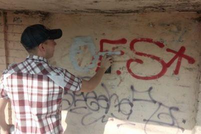 na-glavnom-prospekte-zaporozhya-zarisovyvayut-graffiti-s-reklamoj-narkotikov.jpg