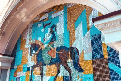 na-kakih-zdaniyah-zaporozhya-sohranilis-mozaiki-i-barelefy-proshlogo-veka-foto.jpg
