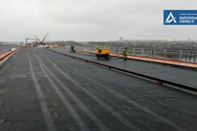 na-novom-zaporozhskom-mostu-nachali-ukladyvat-asfalt-foto.jpg