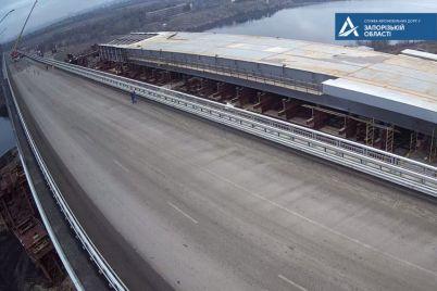 na-novom-zaporozhskom-mostu-ustanovili-kran-dvizhenie-transporta-ogranichivayut-shema.jpg