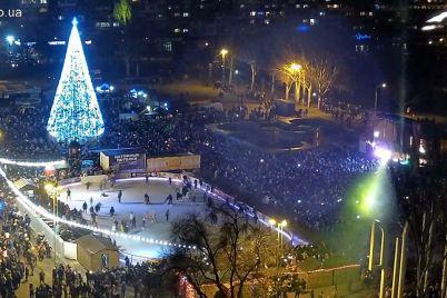 na-ploshhadi-festivalnoj-tysyachi-lyudej-vstretili-novyj-god-stoly-nakryvali-pryam-pod-elkoj-fotoreportazh.jpg