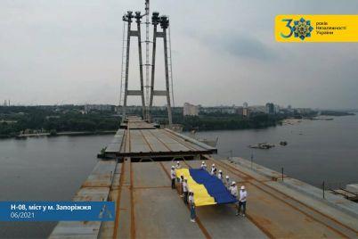na-vantovom-mostu-v-zaporozhe-razvernuli-flag-ukrainy-fotofakt.jpg