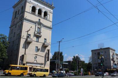 na-vazhlivomu-perehresti-v-zaporizhzhi-rozriyut-dorogu-i-zupinyat-ruh-na-neviznachenij-chas.jpg