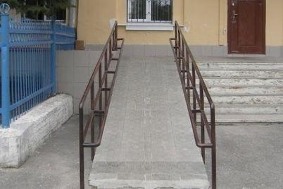 na-vhodi-v-budivlyu-oblasnod197-organizaczid197-chervonogo-hresta-ukrad197ni-vstanovili-pandus.jpg