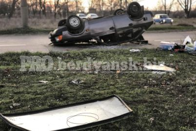 na-zaporizhzhi-avtomobil-pereletiv-cherez-gazon-ta-perevernuvsya-foto-ta-video.jpg
