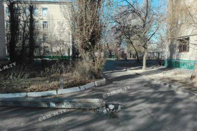 na-zaporizhzhi-poblizu-shkoli-vodij-avto-vrizavsya-v-stovb-foto.jpg