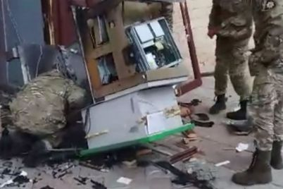 na-zaporizhzhi-rozshukuyut-kradid197v-yaki-poshkodili-bankomat-i-vikrali-gotivku.jpg