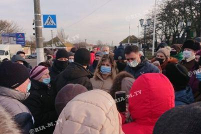 na-zaporizhzhi-sotni-lyudej-vijshli-na-akcziyu-protestu-proti-visokih-tarifiv-na-gaz-i-elektroenergiyu-fotoreportazh.jpg