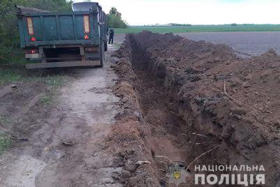 na-zaporizhzhi-v-poli-zatrimali-cholovikiv-yaki-krali-trubi-zroshuvalnod197-sistemi-foto.jpg