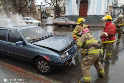 na-zaporizhzhi-zagorivsya-salon-avtomobilya-foto.jpg
