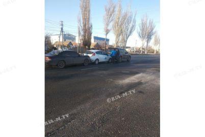 na-zaporizhzhi-zitknulisya-tri-avtomobili-foto.jpg