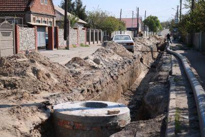 na-zaporozhe-levom-menyayut-avarijnyj-vodoprovod.jpg