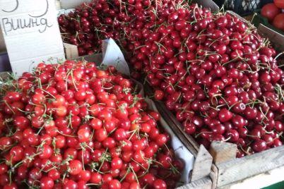 na-zaporozhskih-rynkah-izobilie-yagod-i-fruktov-czeny.jpg