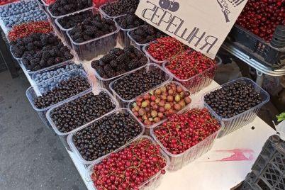 na-zaporozhskih-rynkah-ogromnoe-raznoobrazie-yagod-i-fruktov-foto.jpg